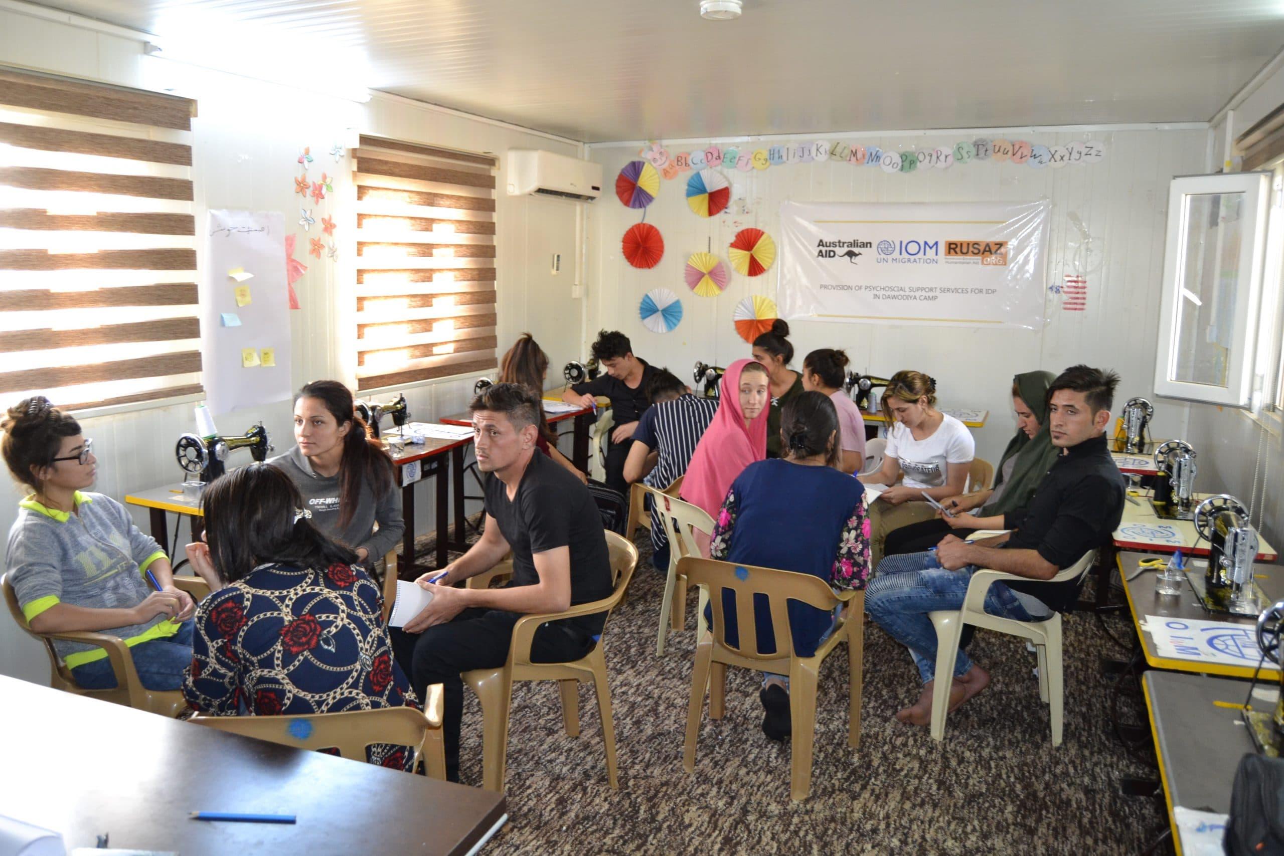 Die Jugendlichen diskutieren in Kleingruppen dieFragen für die Untersuchung