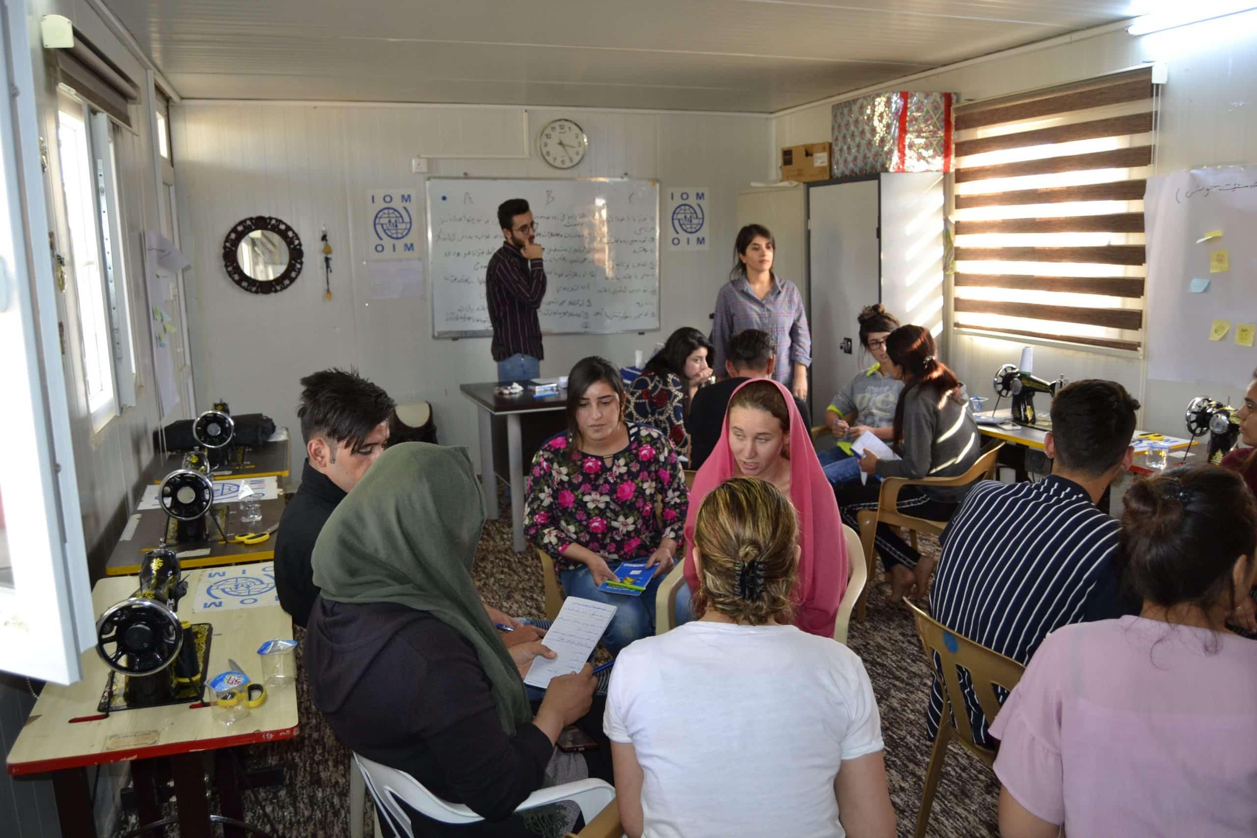Die Psychosozialen Arbeiter notieren dieErgebnisse der Untersuchung auf der Tafel